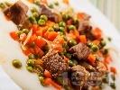 Рецепта Варено / задушено телешко месо с грах, моркови, домати и картофено пюре